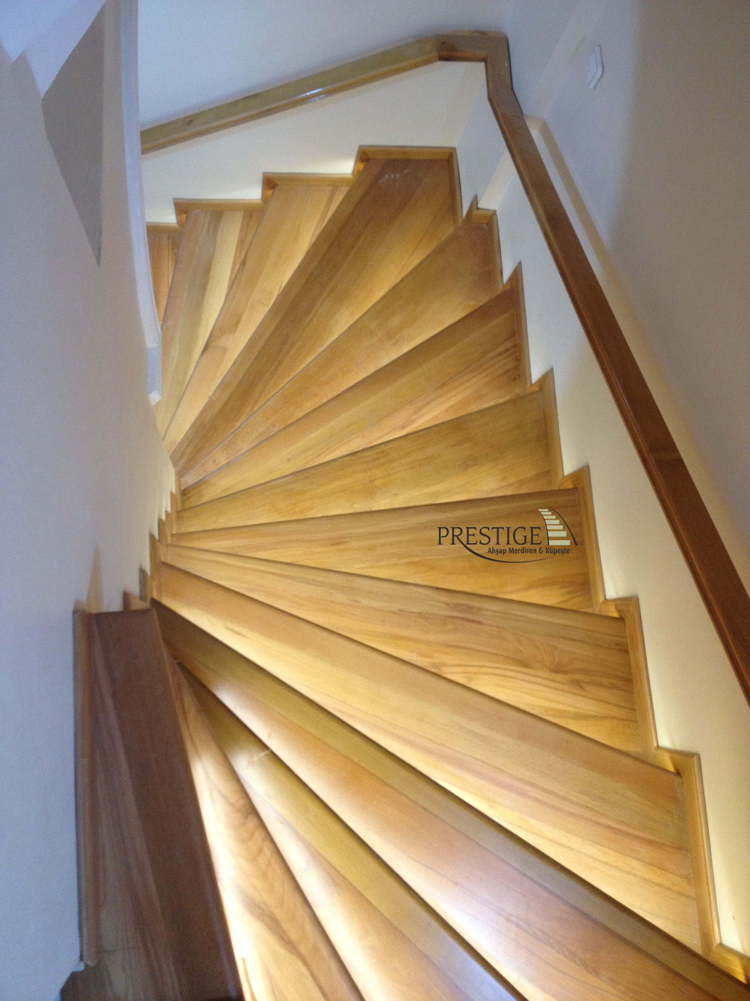 duvar küpeşteli ledli merdiven